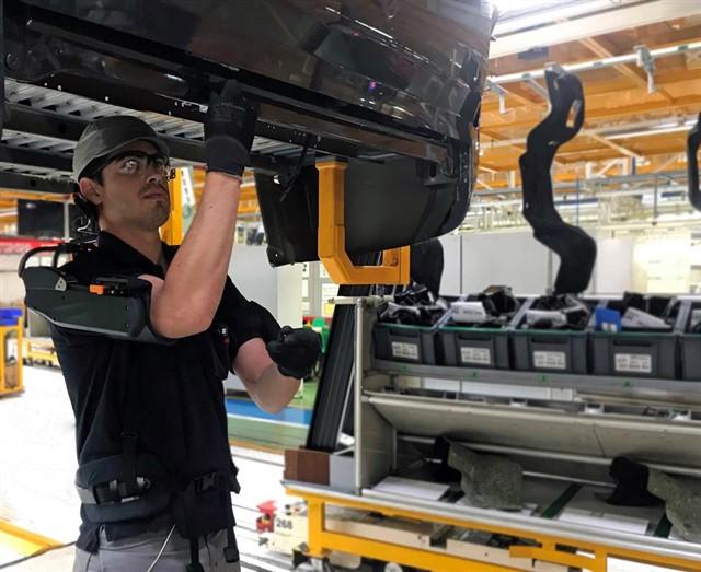El uso de exoesqueletos en automoción reduce en un 60% el esfuerzo de los trabajadores