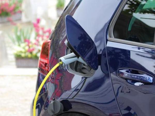 Más coches eléctricos e híbridos y de alquiler: el futuro de la automoción según los conductores