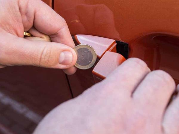 La Policía avisa del truco de la moneda en el coche: por qué debes tener cuidado