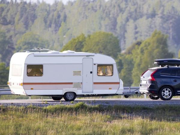 Conducir una caravana: qué carné se necesita, cuál es la velocidad máxima…